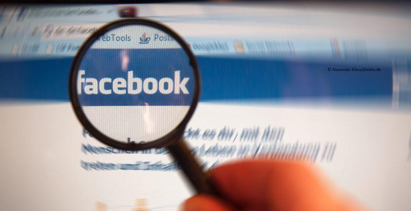 Lupe über Facebook-Logo