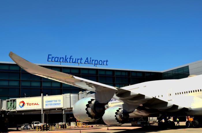 Flugzeug vor dem Terminal