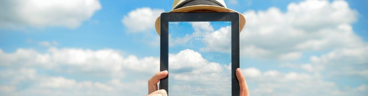 Ein transparentes Tablet mit Wolken